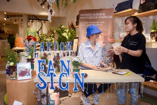 Fan mang bánh tráng trộn tặng Vũ Cát Tường trong fansign tại TP.HCM 2