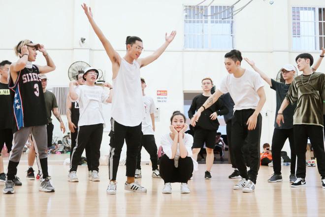 """4 ngày trước liveshow """"khủng"""", Đông Nhi căng thẳng tập luyện cùng nhóm nhảy, hé lộ vũ đạo dễ thương thế này đây! - Ảnh 6."""