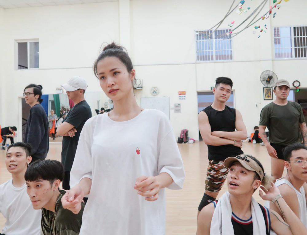 4 ngày trước liveshow khủng, Đông Nhi căng thẳng tập luyện cùng nhóm nhảy, hé lộ vũ đạo dễ thương thế này đây! - Ảnh 1.