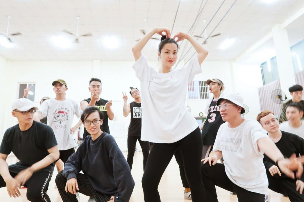 4 ngày trước liveshow khủng, Đông Nhi căng thẳng tập luyện cùng nhóm nhảy, hé lộ vũ đạo dễ thương thế này đây! - Ảnh 2.