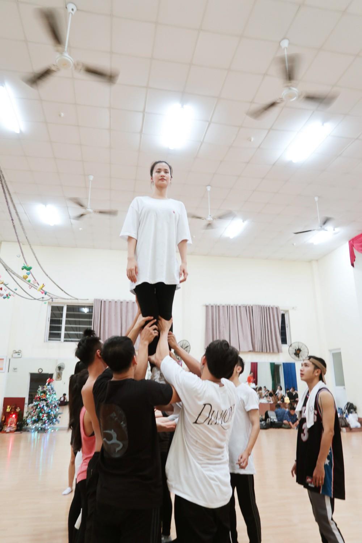 4 ngày trước liveshow khủng, Đông Nhi căng thẳng tập luyện cùng nhóm nhảy, hé lộ vũ đạo dễ thương thế này đây! - Ảnh 3.