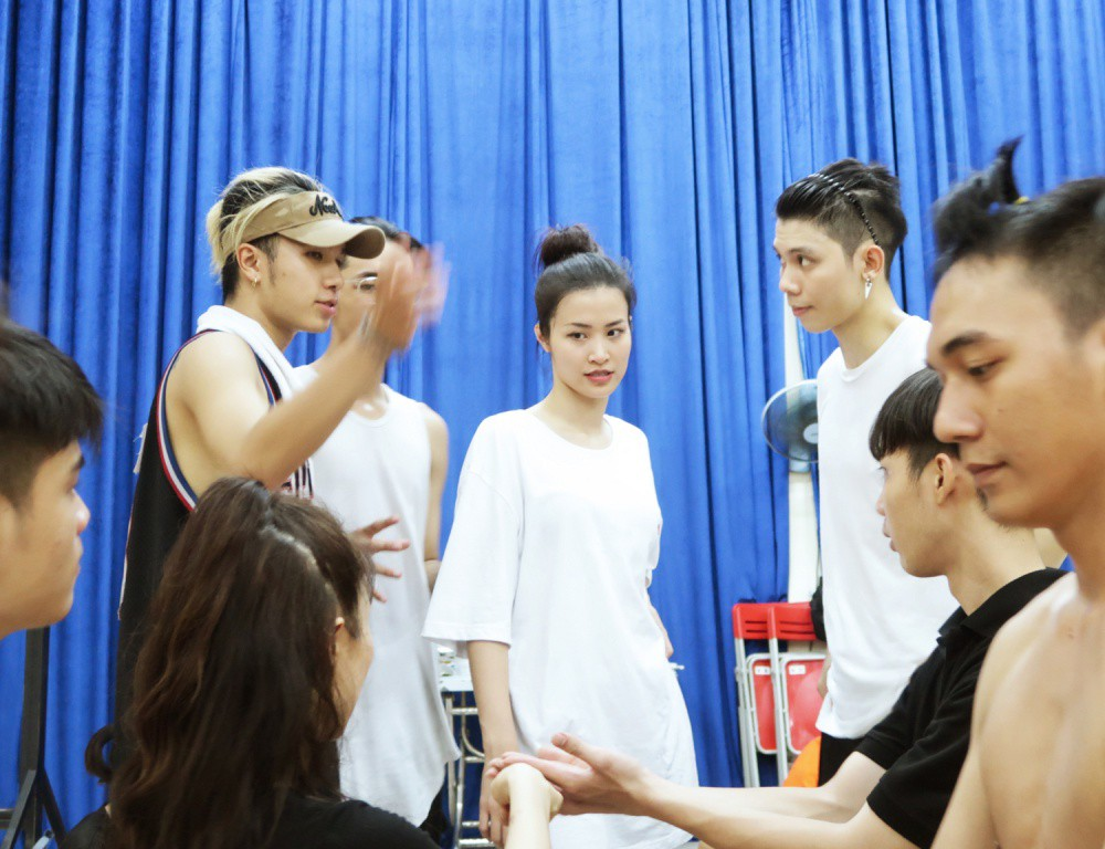 4 ngày trước liveshow khủng, Đông Nhi căng thẳng tập luyện cùng nhóm nhảy, hé lộ vũ đạo dễ thương thế này đây! - Ảnh 4.