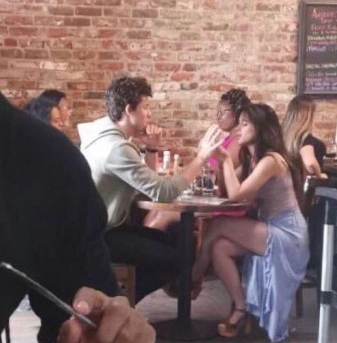 Cặp đôi chỉ là bạn Shawn Mendes và Camila lại khóa môi giữa thanh thiên bạch nhật, yêu hay không nói một lời thôi? - Ảnh 2.