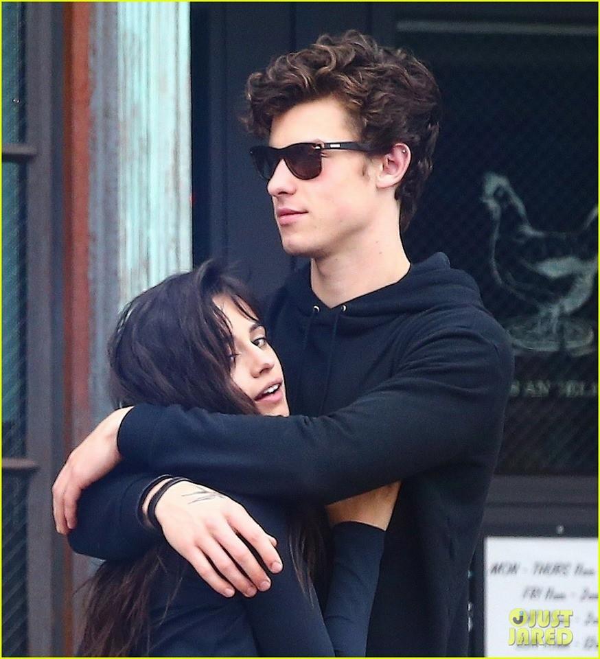 Cặp đôi chỉ là bạn Shawn Mendes và Camila lại khóa môi giữa thanh thiên bạch nhật, yêu hay không nói một lời thôi? - Ảnh 6.