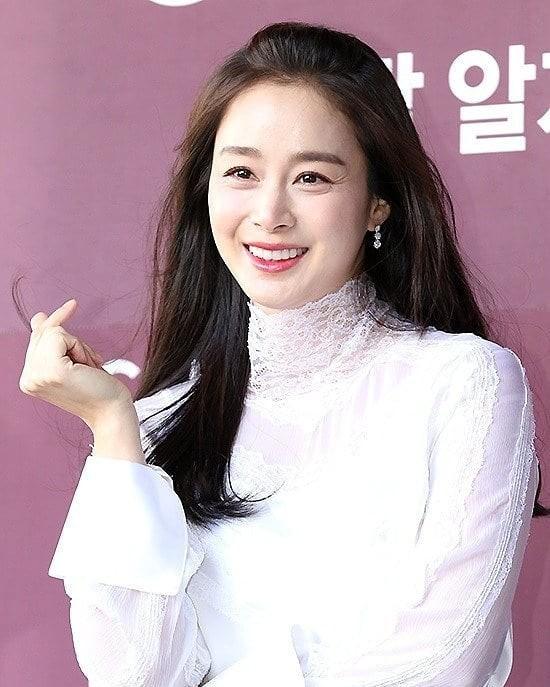 Kim Tae Hee nhan sắc và thần thái rạng ngời sau sinh con thứ 2 - ảnh 2