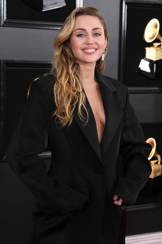 Dàn mỹ nhân 9x Hollywood dậy thì sau 1 thập kỉ: Chị em Kylie lột xác, Selena Gomez - Miley đúng là thánh hack tuổi - Ảnh 23.