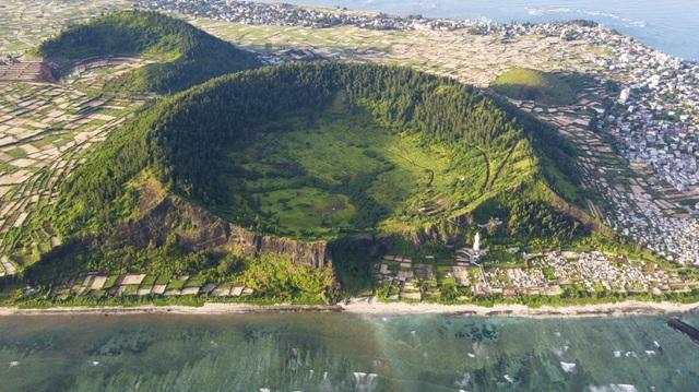 Kỳ vĩ núi lửa triệu năm tuổi trên đảo Lý Sơn | Báo Dân trí