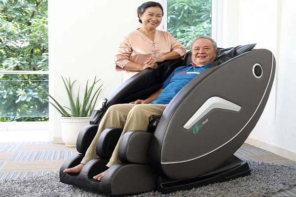 Máy massage lưng giúp giải quyết các vấn đề sức khỏe khi về già