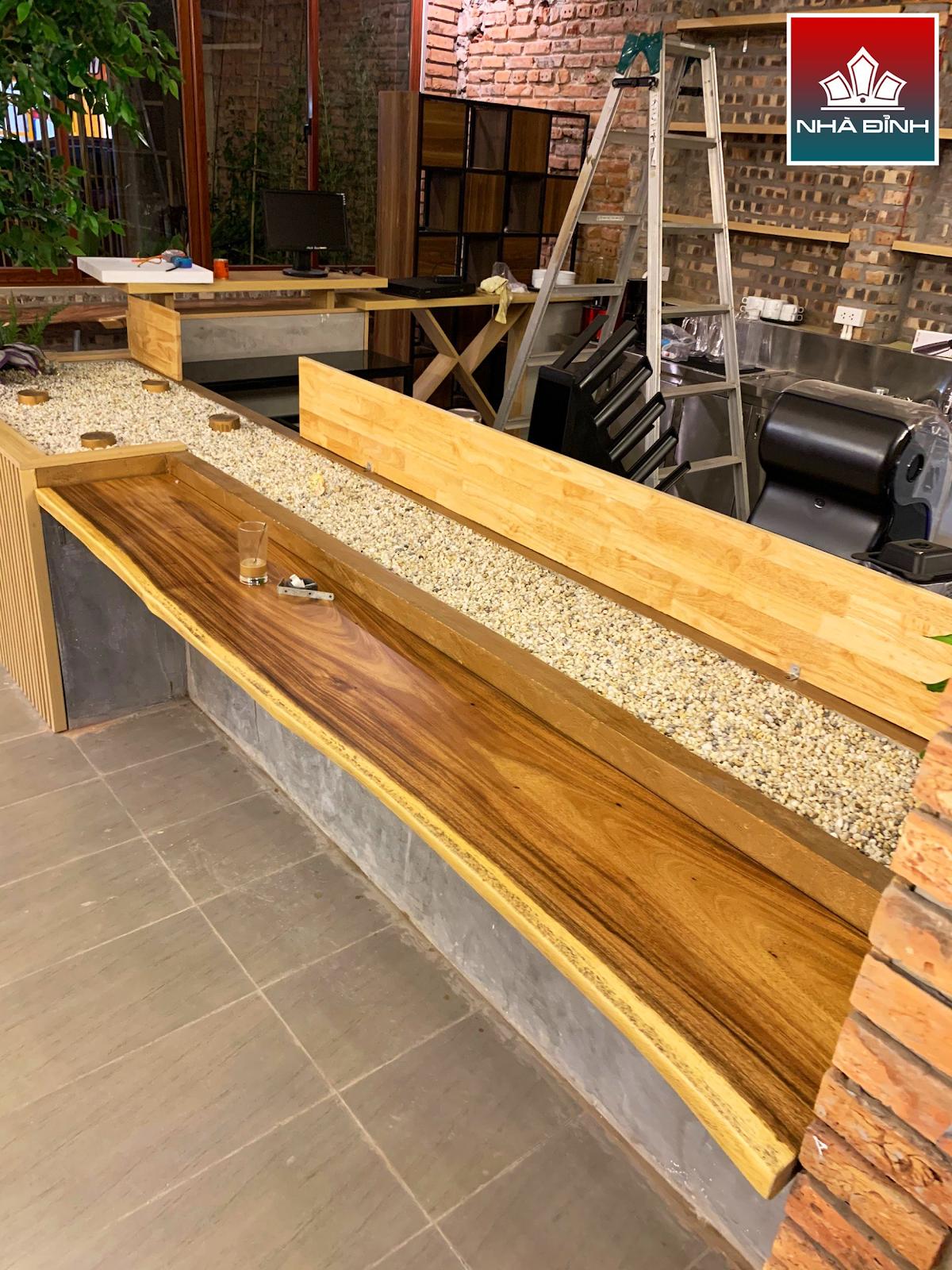Bàn giao gỗ thành phẩm cho quán cafe