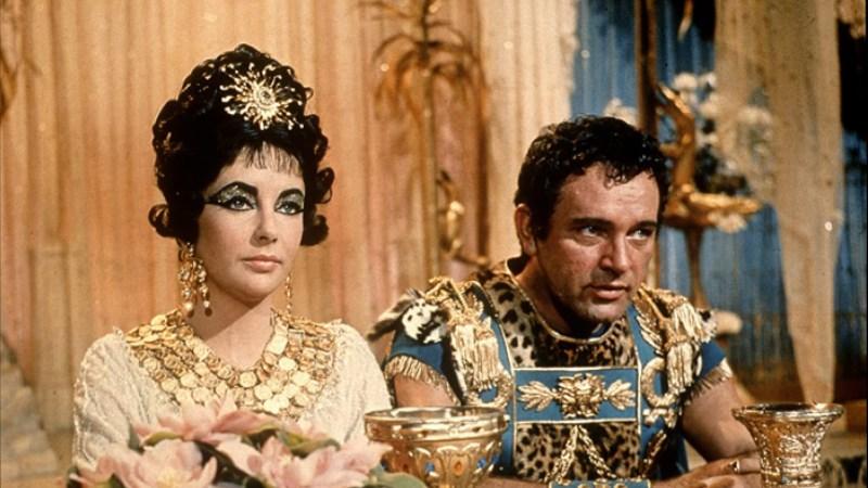 Cleopatra (trái) và Caesar (phải)